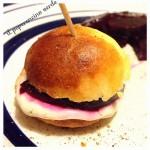 Mini panini alla noce moscata con ripieno di crema di parmigiano e barbabietola (a volte amata!) !!!