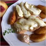 Bruschette con tomino, aglio arrosto e pesche caramellate