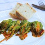 Fiori di zucca al forno ripieni di caponata di zucchine e zenzero