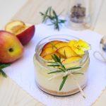 Cheesecake allo yogurt con pesche al pepe e rosmarino