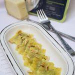Ravioli ricotta ed ortiche con zafferano, pecorino e pinoli tostati