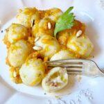Gnocchi di patate ripieni di brie, porro e salamino con ragù di zucca